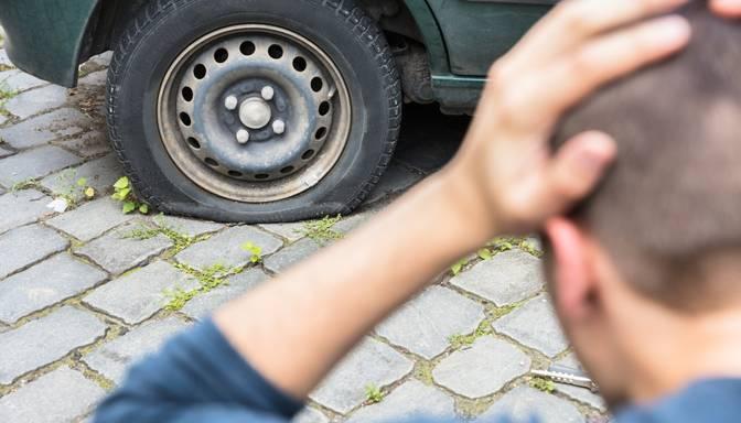 Valmierā 13 automašīnām izsisti stikli un pārdurtas riepas, vairākas arī apzagtas
