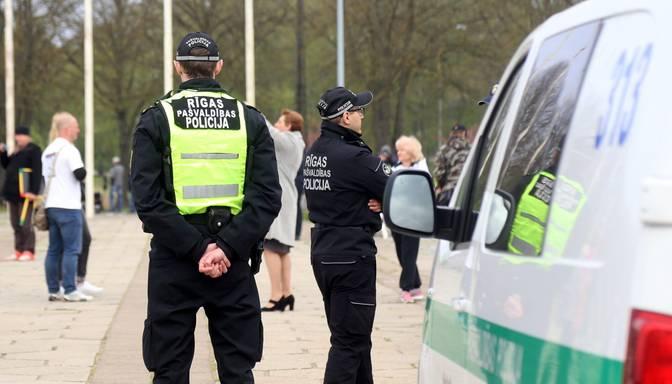 Bravūrīgi jaunieši Rīgā traucē sabiedrisko kārtību; policija vienu no viņiem notver
