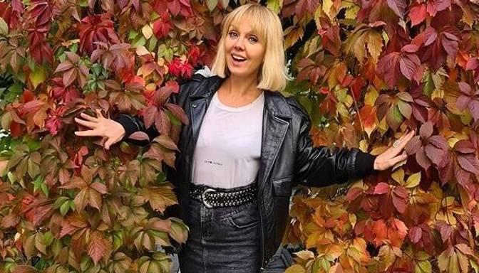 52 gadus vecā dziedātāja Valērija izrāda savu ķermeni bikini