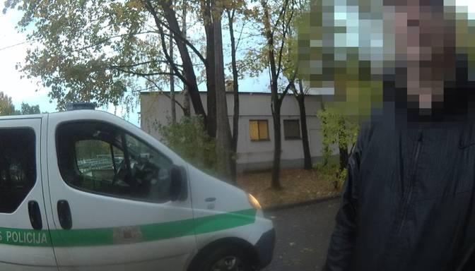 Iedzīvotāji izbiedēti – mikrorajonā pašapmierinās vīrietis; vaininiekam 200 eiro sods
