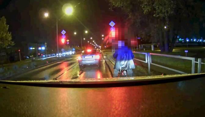 Policija pieķer iereibušu motociklistu; nekautrējas iedzert arī likumsargu klātbūtnē