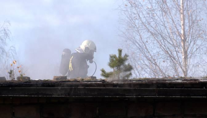 Angārā Sūnīšu ciematā izceļas 35 kvadrātmetrus plašs ugunsgrēks