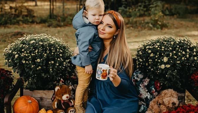 """Pirms konkursa """"Popfestjūrmala"""" Raila kopā ar mazo Lūkasu ļaujas rudenīgai fotosesijai"""