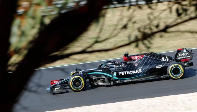 """Hamiltons uzvar Portugāles F1 posma kvalifikācijā, iegūstot 97.""""pole position"""" karjerā"""