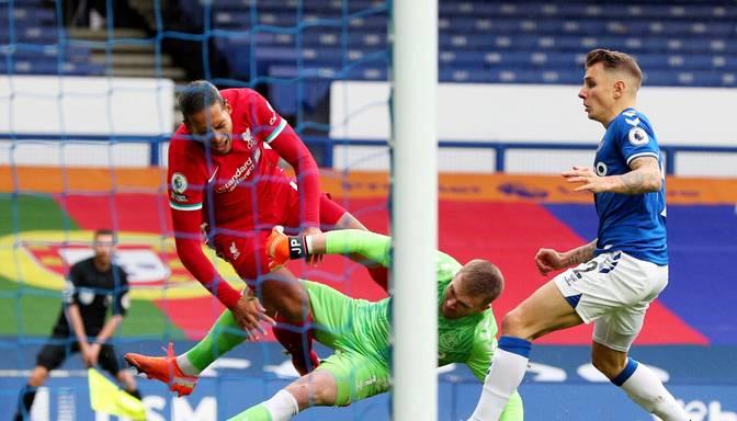 """Nepatīkams video: Pikforda lēciens van Deika kājās beidzas ar """"Liverpool"""" aizsardzības balsta operāciju"""