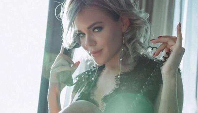 """Foto: seksīgā """"influencere"""" Yana Bruk spēlējas ar neona krāsām un skūpstās ar kādu dāmu"""