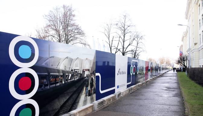 """Sākti """"Rail Baltica"""" Rīgas Centrālā mezgla būvniecības darbi pie dzelzceļa sliedēm"""