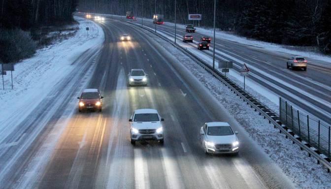 Šorīt vietām Kurzemē autoceļi sniegoti, Zemgalē un Pierīgā apledo