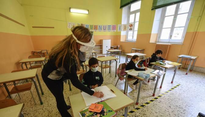 Pavļuts: VM skeptiska par Covid-19 ierobežojumu mīkstināšanu, tostarp skolu atvēršanu