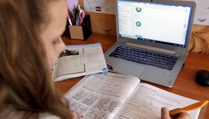 Valdība nolemj 1.-4. klašu skolēniem ziemas brīvdienas pagarināt līdz 22. janvārim