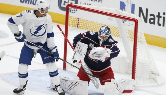 """Merzļikins aptur NHL čempionus """"Lightning"""" un izcīna pirmo uzvaru sezonā"""