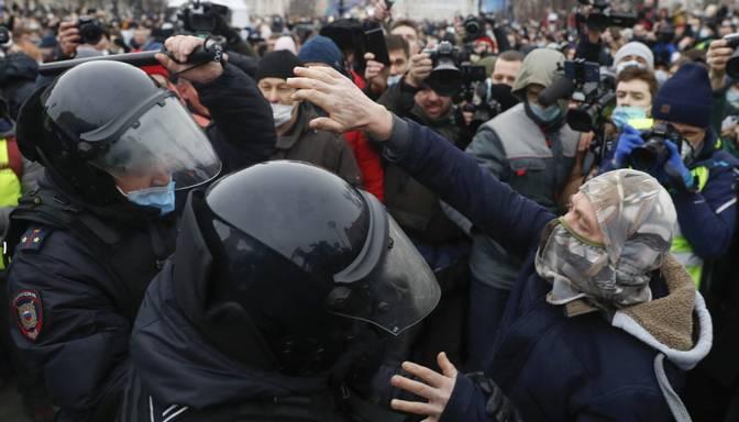 Krievijā notiek Navaļnija atbalstītāju demonstrācijas; aizturēta Jūlija Navaļnaja