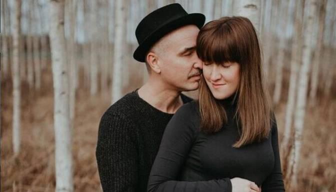 Mūziķa Ata Zviedra mīļotā dalās ar romantiskiem gaidību laika foto