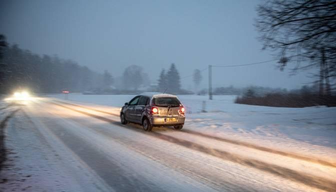 Apgrūtinoši braukšanas apstākļi saglabājas Pierīgā, Vidzemē, Latgalē un Kurzemē