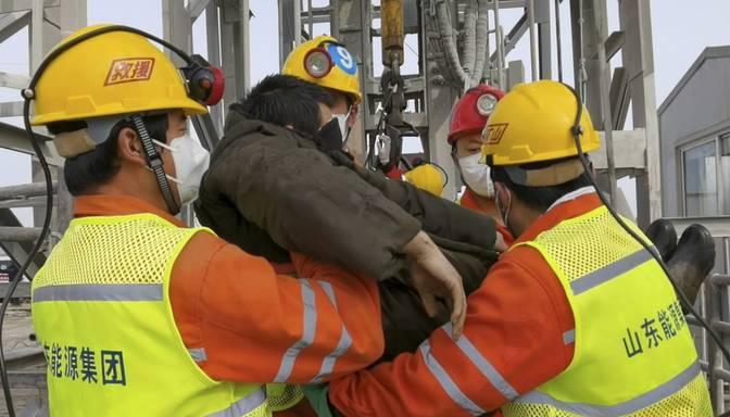 Izglābti 11 pirms divām nedēļām raktuvēs Ķīnā iesprostotie strādnieki