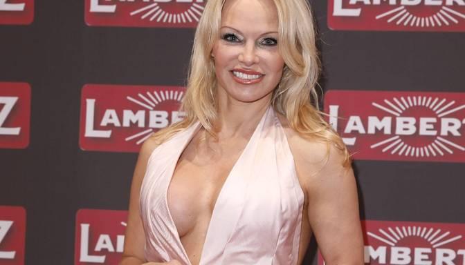 Pamelas Andersones jaunais vīrs neesot viņas miesassargs. Slavenā aktrise apsūdzēta ģimenes izjaukšanā