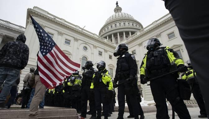 ASV Kapitolija ēka atkal ir droša pēc protestētāju iebrukuma