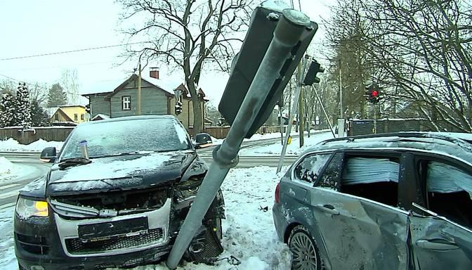 Neievēro sarkano gaismu, izraisa avāriju un cits šoferis nonāk slimnīcā