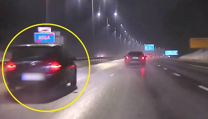 """""""Golfiņa"""" vadītājs, traucoties ar 170 km/h pa Jūrmalas šoseju, bēg no policijas"""