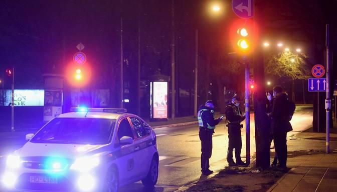 Komandantstundas laikā pieķer dzērušus šoferus; kāds pārkāpējs uzbrucis policistam