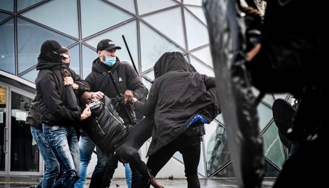 Nīderlandē protesti pret komandantstundu pāraug sadursmēs ar policiju