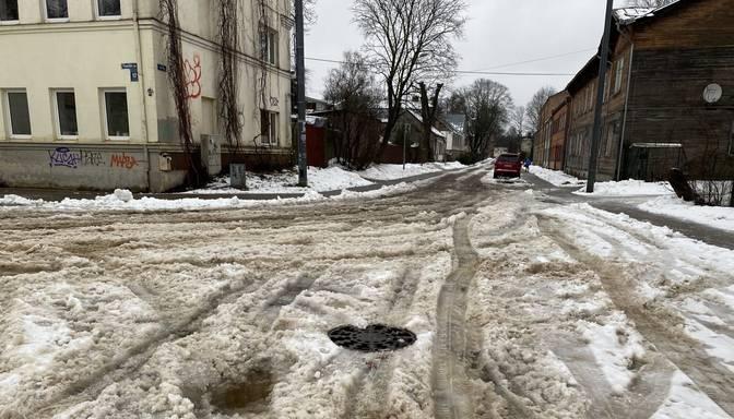 """Ceļus netīra, iedzīvotājiem jāstaigā pa sniega """"putru""""!"""