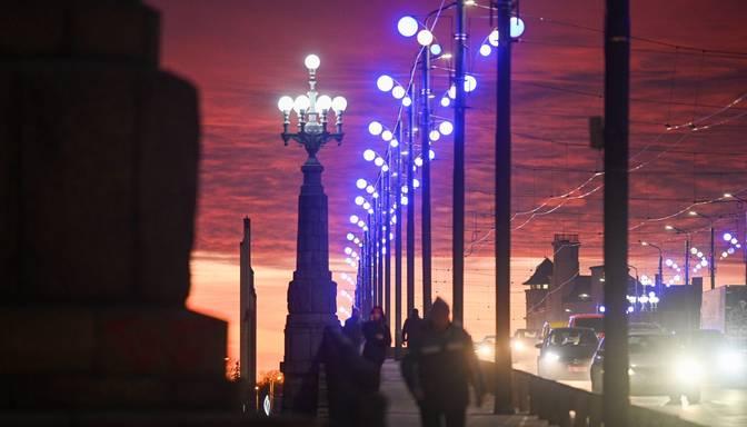 Sniega tīrīšana Rīgā turpināsies arī naktī, sabiedriskais transports vakarā kavēs līdz 25 minūtēm