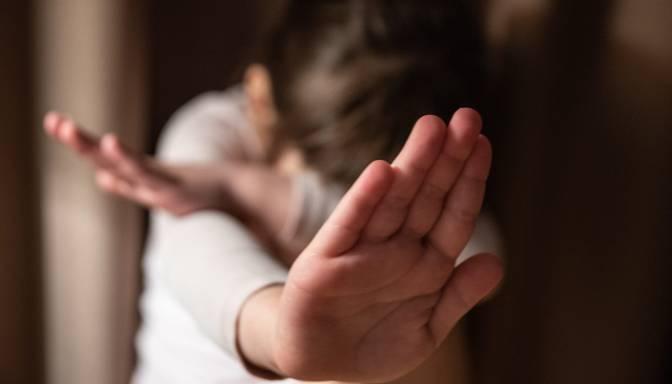 Aptauja: Bērna iepļaukāšanu, raušanu aiz matiem un uzsišanu pa dibenu par pieļaujamām uzskata 55% aptaujāto