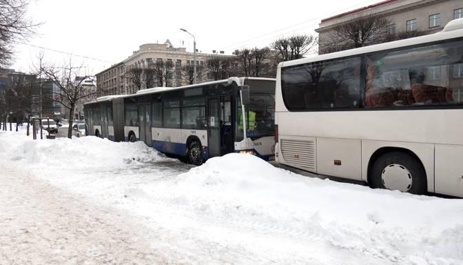 Rīgas centrā saskrienas divi autobusi; pasažieri tālāk spiesti mērot ceļu kājām