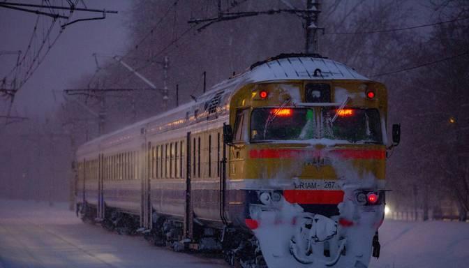 Vilcienā Daugavpils-Rīga braucis Covid-19 slims pasažieris; pārējos braucējus aicina vērot veselību