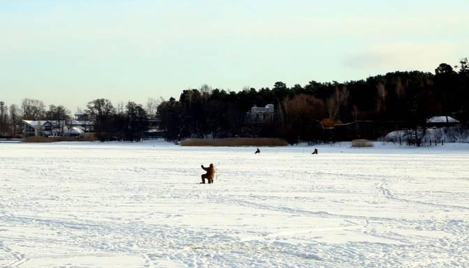Atceļ aizliegumu iedzīvotājiem atrasties uz atsevišķu ūdenstilpju ledus Rīgas teritorijā