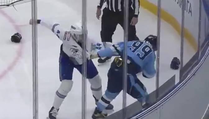 """Nokdauns KHL mačā – """"Barys"""" aizsargs Dīcs ar spēcīgu labo āķi nogulda savu pretinieku uz ledus"""