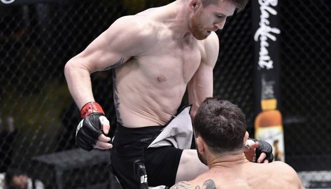 UFC gada nokauts februārī – brutāls Sandheigena lidojošais celis trāpa Edgaram tieši pa žokli