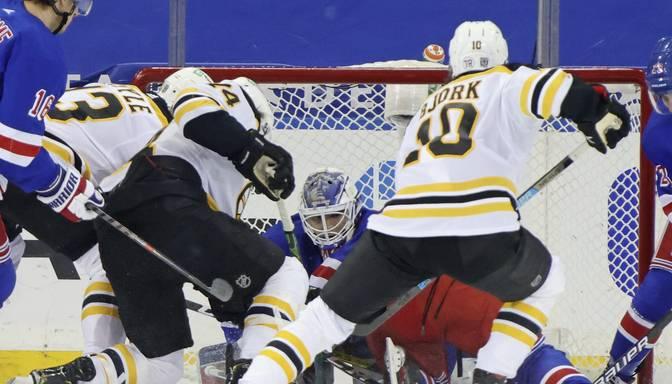 Neticama izglābšanās – NHL mačā ripa piemāna hokejistu, komentētāju un tomēr pilnībā nešķērso vārtu līniju