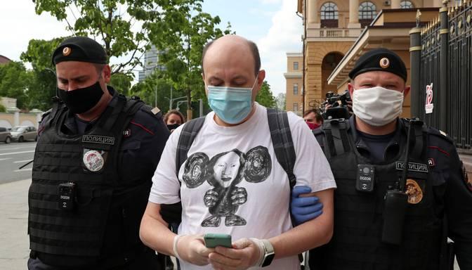 Krievijas tiesa ziņu vietnes galvenajam redaktoram piespriež 25 dienu arestu par retvītu