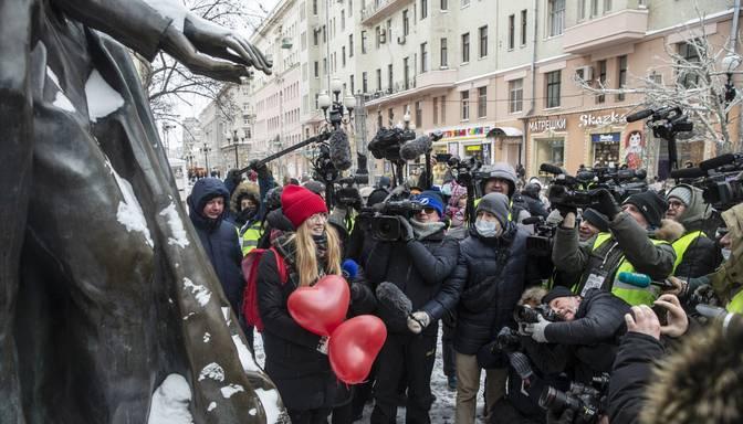Maskavā un Sanktpēterburgā sievietes izveido dzīvās ķēdes, protestējot pret represijām