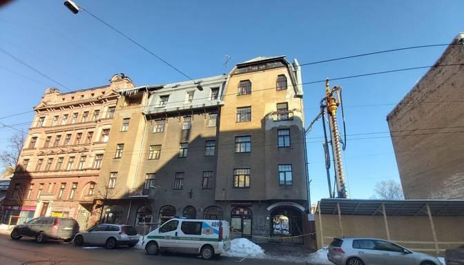 Cilvēki saplaisājušajā Ģertrūdes ielas mājā varēs atgriezties tikai pēc ekspertīzes slēdziena