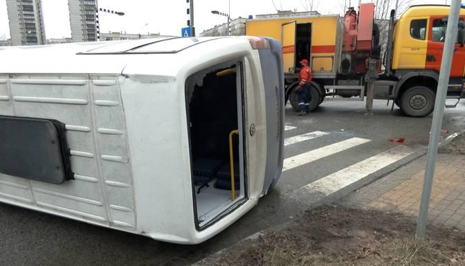 "Sadursmē ""BMW"" apgāž mikroautobusu"