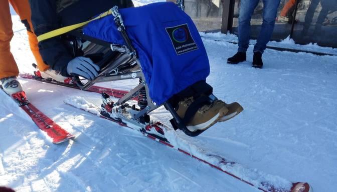 Cilvēki ar kustību traucējumiem beidzot arī Latvijā var izbaudīt kalnu slēpošanu