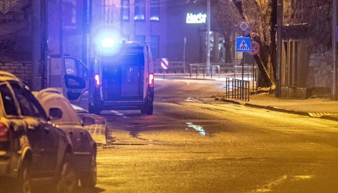 Neatļautas pulcēšanās laikā divi vīrieši cenšas paslēpties skapjos no policistiem