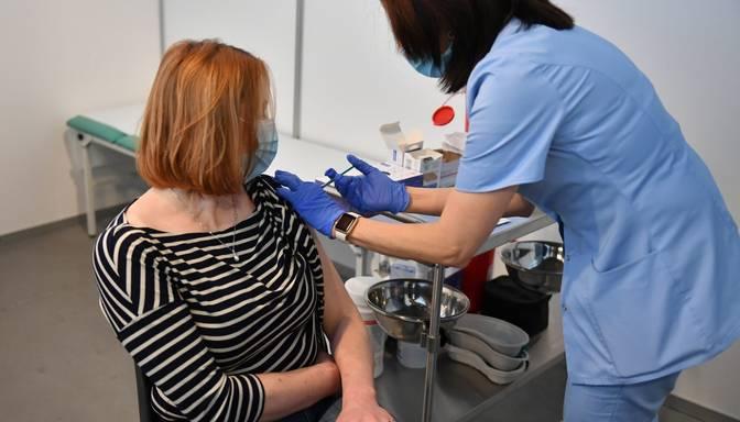 """Polijā pret Covid-19 sāk vakcinēt skolotājus; izskan šaubas par """"AstraZeneca"""" efektivitāti"""