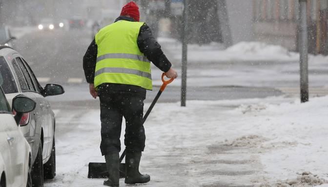 """""""Manabalss.lv"""" tiek vākti paraksti, lai Rīgas ietves tīrītu pašvaldība, nevis privātīpašnieki"""