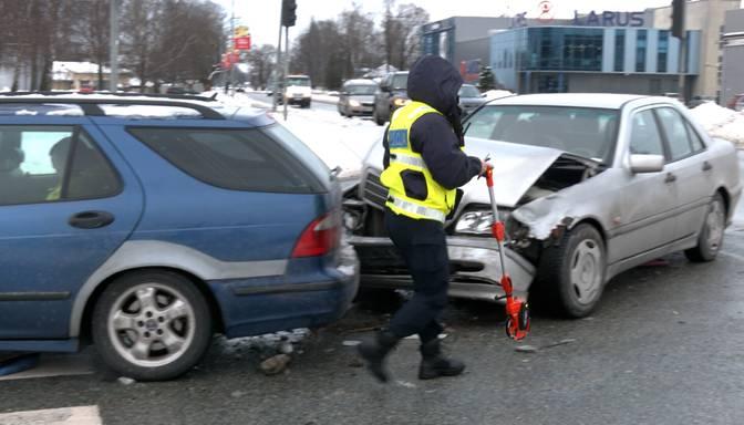 Galvaspilsētā avarē divi auto un pārvēršas par lūžņu kaudzi