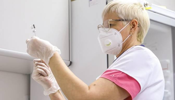 Vakcīna pret Covid-19: ceturtdien pirmo poti saņēmuši 130 pansionātu klienti un 104 darbinieki