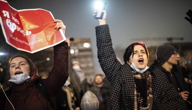 Iedzīvotāji Krievijā aicināti atbalstīt Navaļniju ar ieslēgtiem mobilo tālruņu lukturīšiem pagalmos