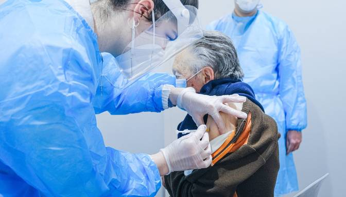 Pirmie seniori vecumā virs 70 gadiem sāk saņemt uzaicinājumu vakcinēties