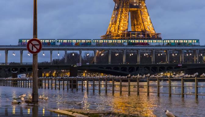 Parīzē draud pārplūst Sēna
