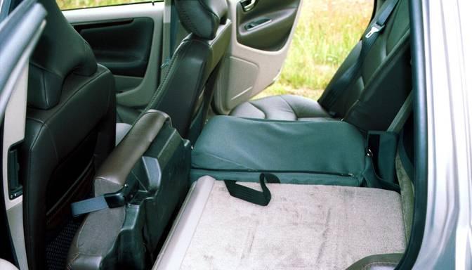 """""""Volvo V70"""" sabojā durvju loga stiklu un nozog priekšējos lukturus 600 eiro vērtībā"""