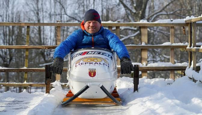 Atjautīgs vīrs no Rūjienas piemājas dārzā uzbūvē bobsleja trasi