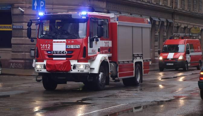Pazemes stāvvietā degošas automašīnas dēļ no mājas Rīgā evakuēti cilvēki